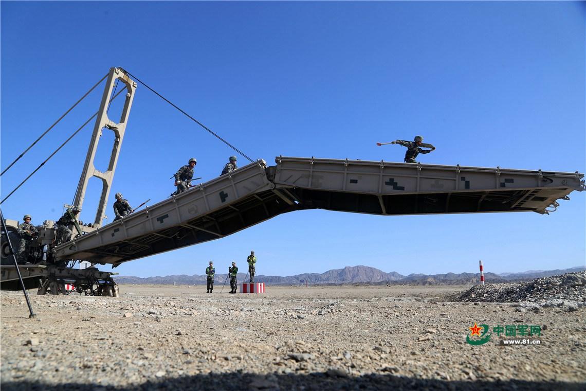 8月3日,中国陆军在库尔勒承办的国际军事比赛-2018安全路线项目第二场单项赛架桥车组比赛正式上演。来自中国、俄罗斯、乌兹别克斯坦三支参赛队,在这里展开激烈角逐。 在此次架桥车组比赛中,三支参赛队员要在规定行车路线内,安全行驶至指定架桥区域完成架设任务。一路上,随机爆炸的炸点会带给参赛队员视觉上的干扰和心理上的考验。尤其是在烈日的炙烤下,还要进行大工程、持久性架桥任务,这就更加考验他们的体力、耐力和技术能力。但三支参赛队员都没有被这些困难所影响,他们以惊人的速度、娴熟的技巧、相互追赶、激烈角